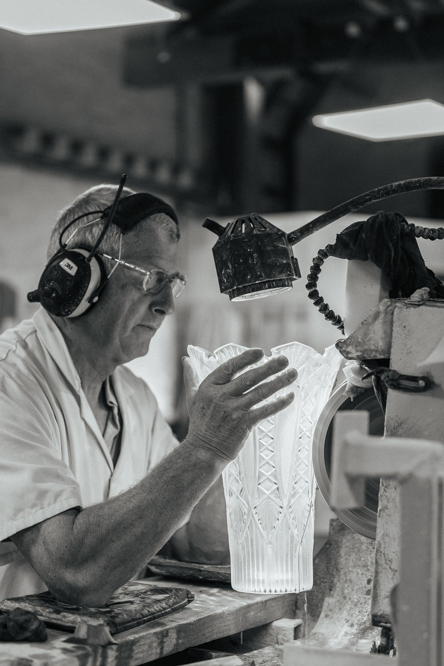 workers cutting marquis by waterford vases and creating the distinctive waterford crystal patterns