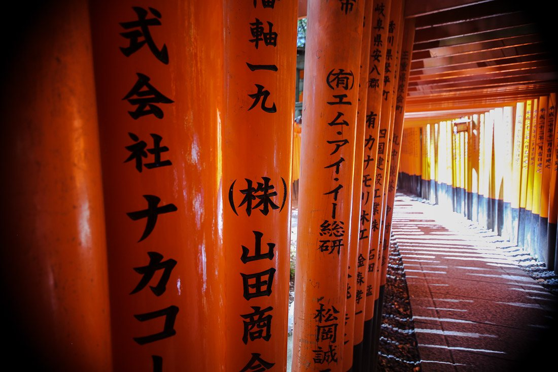 kyoto japan japanese travel fushimi inari shrine temple orange tori gate fox photo shershegoes.com11