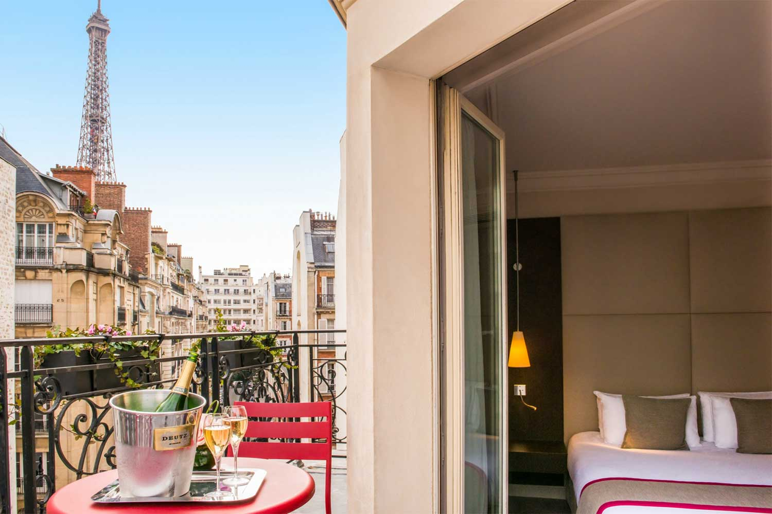 paris-hotel-with-balcony-view-of-eiffel-tower