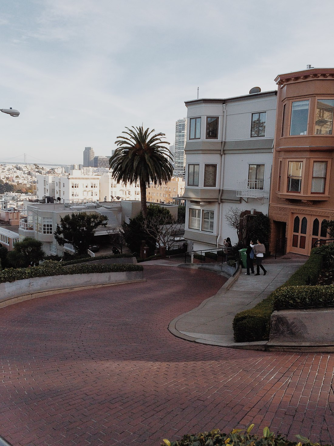 san francisco lombard twisted road curved cars building slope photo shershegoes.com1